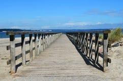 在海滩的木人行桥有看法向波罗的海 图库摄影