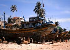 在海滩的木小船 库存照片