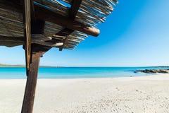 在海滩的木机盖 免版税库存图片