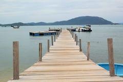 在海滩的木桥 免版税库存照片
