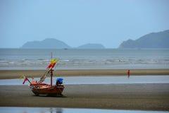在海滩的木渔船 库存照片