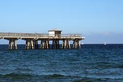 在海滩的木码头在劳德代尔堡 库存照片