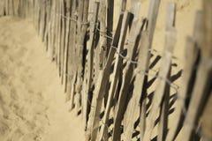 在海滩的木篱芭 免版税库存图片
