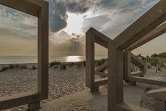 在海滩的木结构在日落期间 免版税库存图片