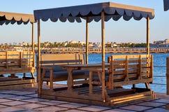 在海滩的木豪华眺望台在日落 库存图片