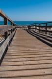 在海滩的木走道 库存照片