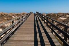 在海滩的木走道 免版税库存图片