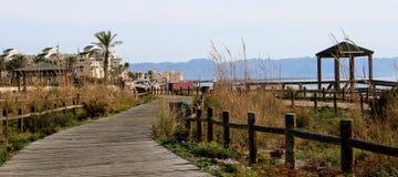 在海滩的木道路 免版税图库摄影