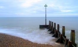 在海滩的木groyne 免版税库存照片