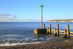 在海滩的木groyne 免版税库存图片