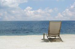 在海滩的松弛椅子 免版税库存照片