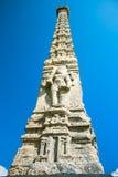 在海滩的柱子雕塑在Pondicherry 免版税图库摄影