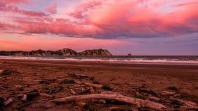 在海滩的桃红色日落在Waikaremoana新西兰附近 免版税库存图片