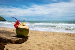 在海滩的椰子鸡尾酒,豪华假日 库存图片