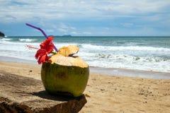 在海滩的椰子鸡尾酒 免版税库存图片