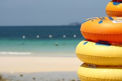 在海滩的橡胶环 图库摄影