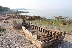 在海滩的残破的小船在黄海附近 库存图片