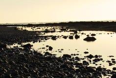 在海滩的水镜子 免版税图库摄影