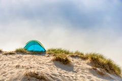 在海滩的沙丘的海滩避难所 库存照片