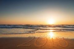 在海滩的沙子写的2018年 图库摄影