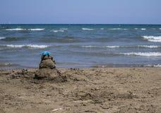 在海滩的沙子城堡与天空蔚蓝和海 库存照片