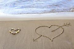 在海滩的沙子的两心脏 库存图片