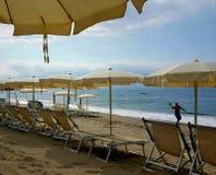 在海滩的沙滩伞 免版税图库摄影