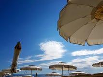 在海滩的沙滩伞 免版税库存图片