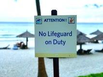 在海滩的没有救生员当班标志 库存照片