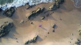 在海滩的泡沫似的波浪卷与女孩形象鸟瞰图 股票视频