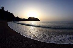 在海滩的泡沫波浪在黎明 免版税库存照片