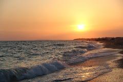在海滩的波浪在日落 照片9 库存照片