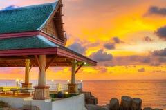 在海滩的泰国结构在日落 免版税图库摄影