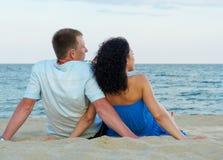 在海滩的浪漫夫妇 免版税库存照片