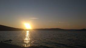 在海滩的浪漫日落 免版税库存图片