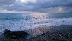 在海滩的海浪在清早 免版税图库摄影