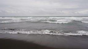 在海滩的海海浪与在Avacha海湾的黑火山的沙子 影视素材