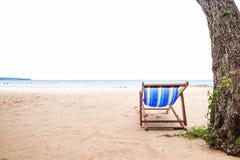 在海滩的海滩睡椅与海水 库存照片