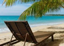 在海滩的海滩睡椅 图库摄影