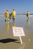 在海滩的清洁队 免版税库存图片
