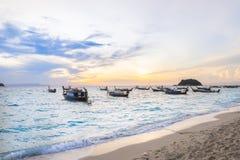 在海滩的渔船在看法海景Lipe海岛和美好的轻的日出在早晨 免版税库存照片
