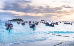 在海滩的渔船在看法海景Lipe海岛和美好的轻的日出在早晨 免版税图库摄影