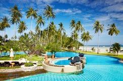 在海滩的游泳池 免版税库存图片