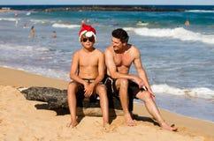 在海滩的滑稽的热带Xmas精神 库存图片