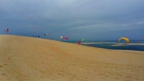 在海滩的滑翔伞在Dune du Pilat,法国大西洋 库存图片
