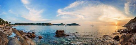 在海滩的热带五颜六色的日落 免版税库存照片