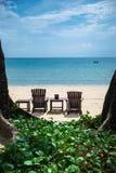 在海滩的热带假日 免版税图库摄影