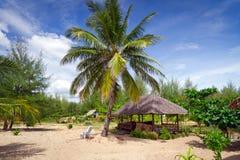 在海滩的热带小屋 库存照片