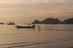在海滩的热带日落与孩子赛跑 免版税库存照片