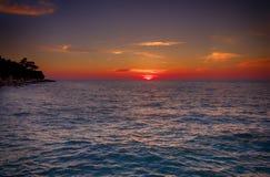 在海滩的热带日落,在罗维尼附近,克罗地亚 免版税库存照片
